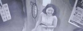 女子乘电梯监控曝光 家人看了都脸红